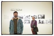 César Dezfuli, posa ante su exposición sobre la migración.