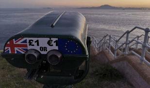 Un mirador en el Peñón de Gibraltar con la bandera europea y...