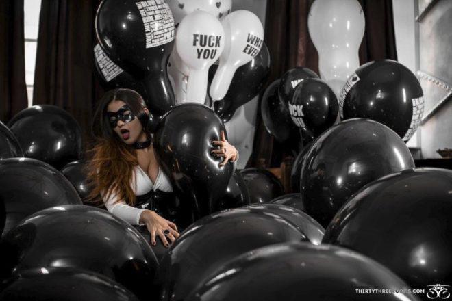 Oxana Efremova juega con globos y hace negocio por internet.