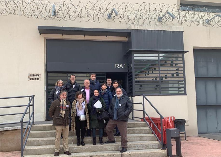Parlamentarios a la puerta de la cárcel de Zaballa.