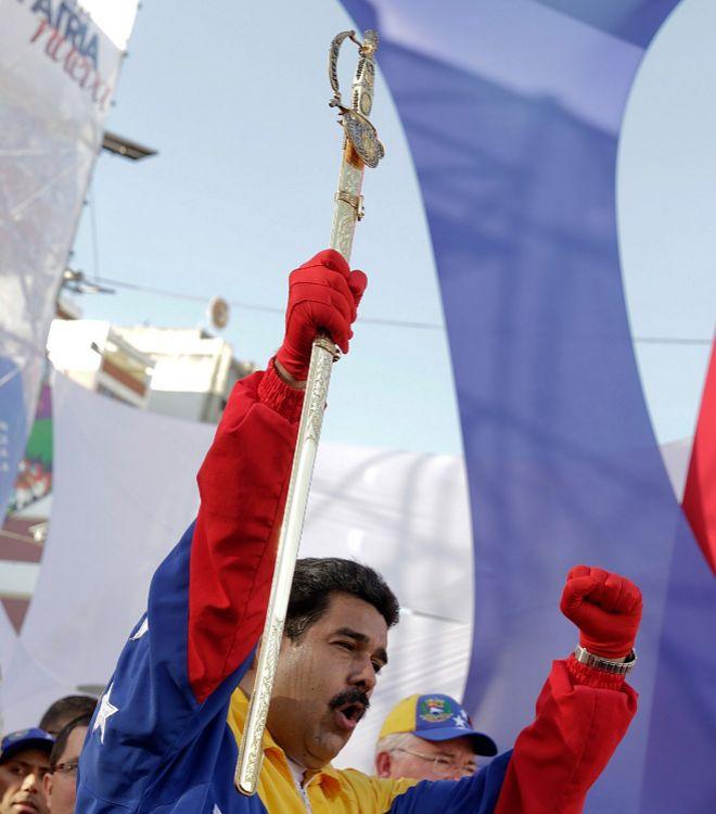 Nicolás Maduro, con la espada de Simón Bolívar, en una manifestación en Caracas.