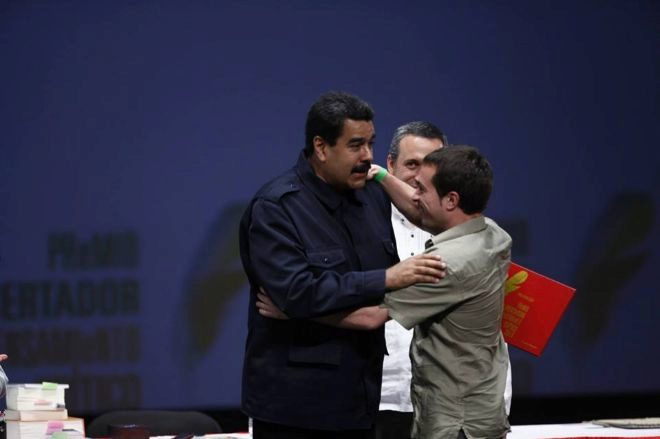 Katu Arkona abrazando a Nicolás Maduro en 2017.
