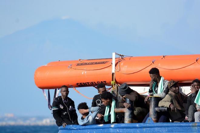 Inmigrantes recién rescatados en el Mediterráneo.