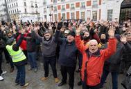 Vista de la concentración de taxistas en la Puerta del Sol este viernes, el duodécimo día de huelga del sector.