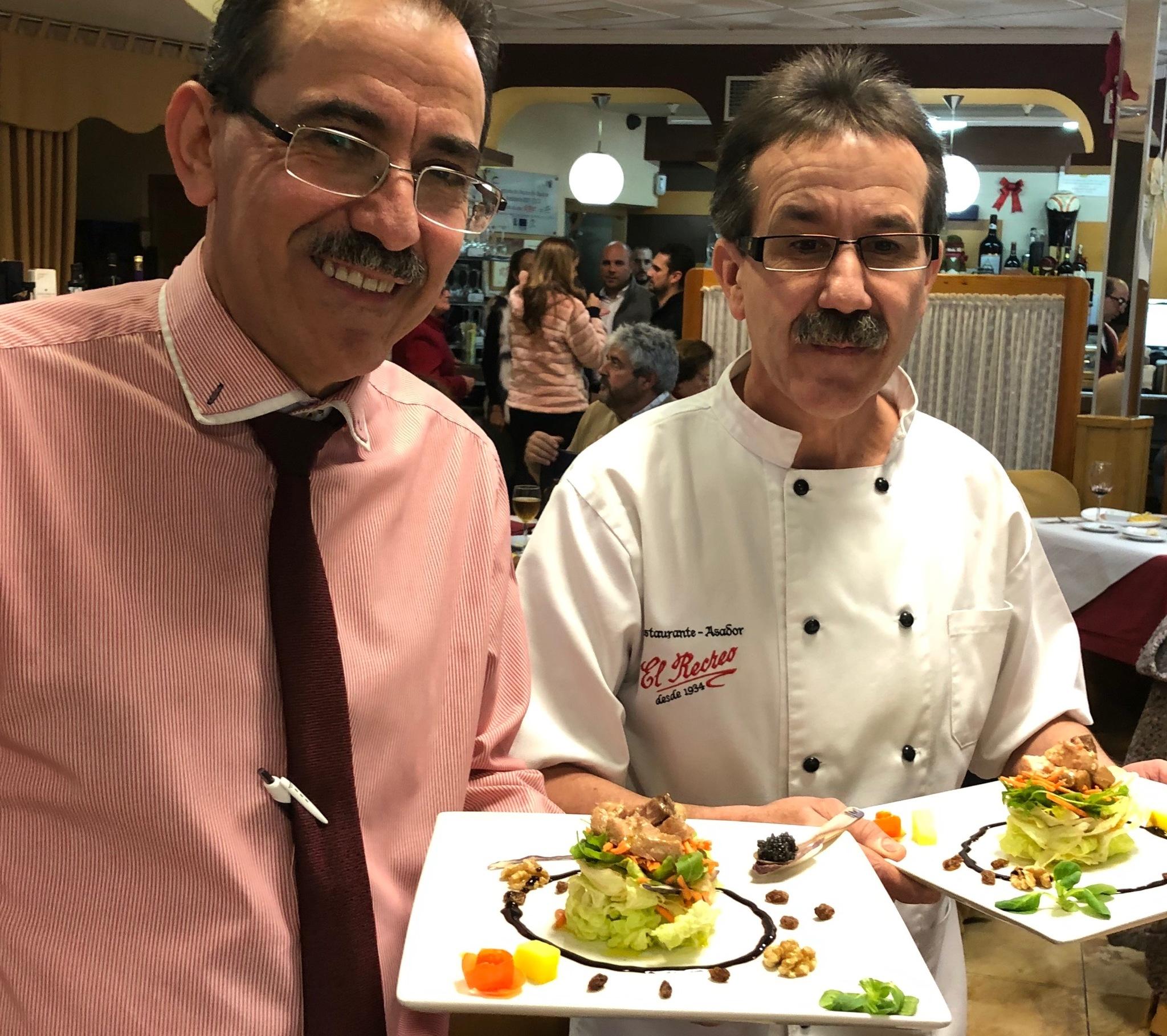 Juan y Miguel Valero en el comedor de El Recreo en Villargordo.