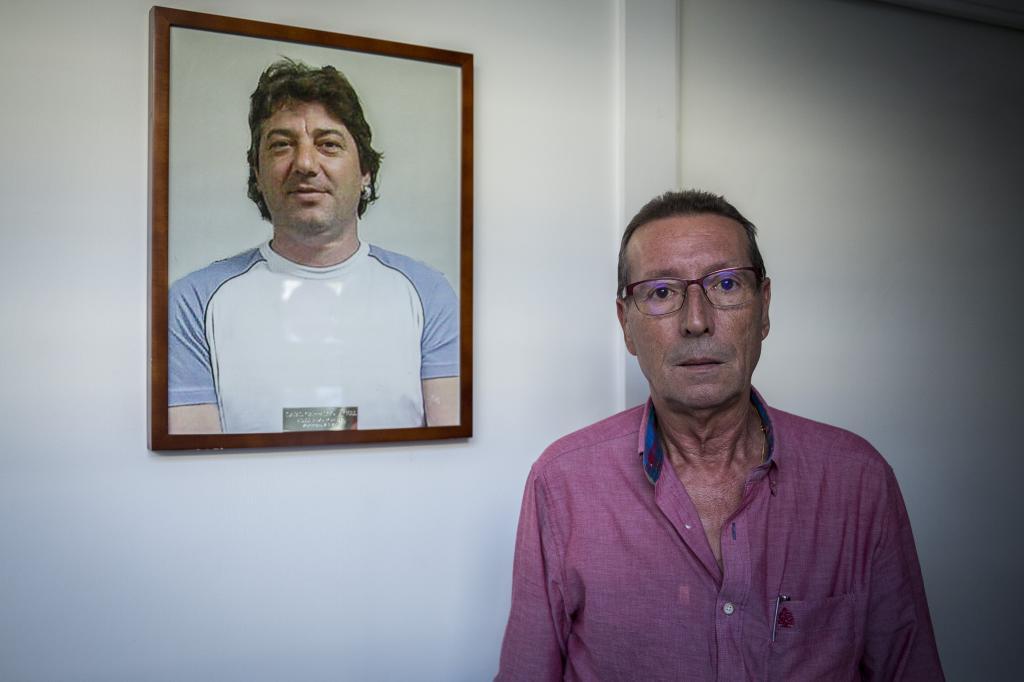 García Raya junto a un retrato del asesinado Isaías Casado.