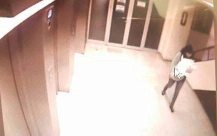Imagen de una cámara de seguridad que captó a la mujer con el bebé.