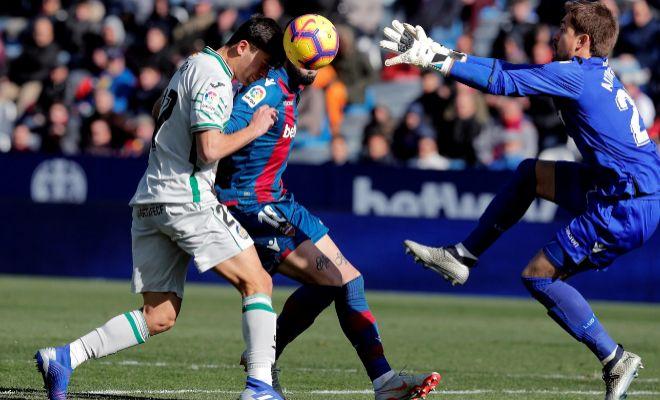 Dos jugadores del Levante y del Getafe disputan un balón.