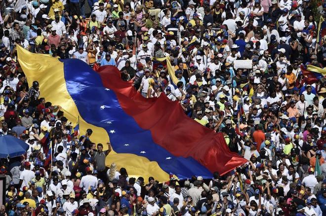 Manifestación multitudinaria de la oposición y contra Nicolás Maduro, este domingo en Caracas.
