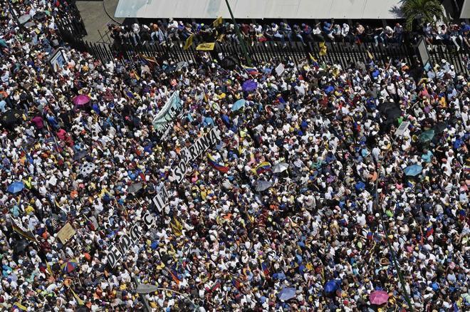 Simpatizantes de la oposición recorren las calles de Caracas este sábado.