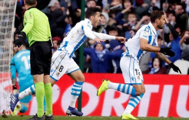 Willian José festeja junto a Mikel Merino el 2-0 provisional en Anoeta.