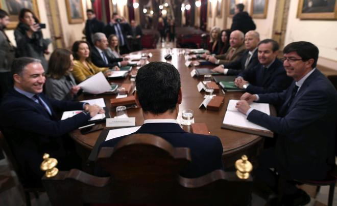 Moreno, en el primer Consejo de Gobierno, con el vicepresidente Marín, a la derecha, y Bendodo a la izquierda.