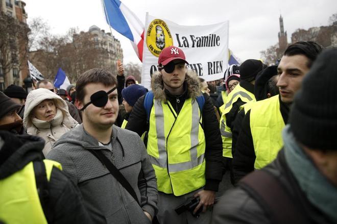Los chalecos amarillos, con parches en los ojos para denunciar los abusos policiales, se manifiestan este sábado en París.