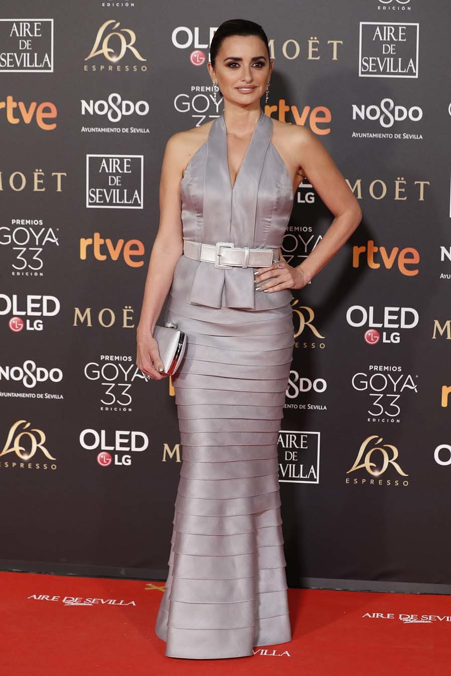 Penélope Cruz ha elegido un vestido con falda con volantes sencillos...