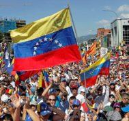 Opositores de Maduro protestan contra el régimen chavista ayer en Caracas.