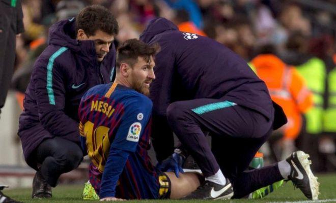 Messi, atendido en la banda del Camp Nou tras su pequeño problema muscular.