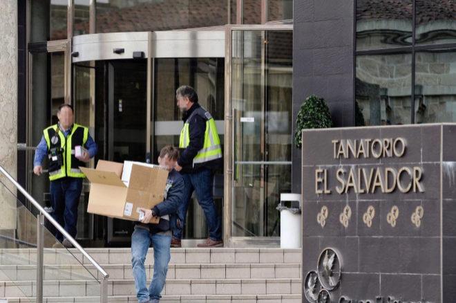 Varios efectivos de la Policía Nacional a las puertas del tanatorio de El Salvador, en Valladolid.