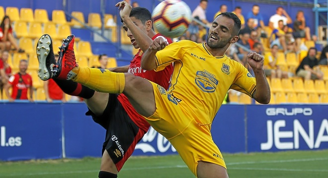 Un instante del partido de la primera vuelta jugado en el campo de Santo Domingo.