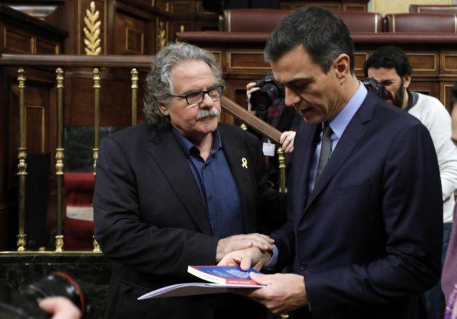 El portavoz de ERC, Joan Tardà, se acerca a Pedro Sánchez, en el último Pleno del Congreso de 2018.