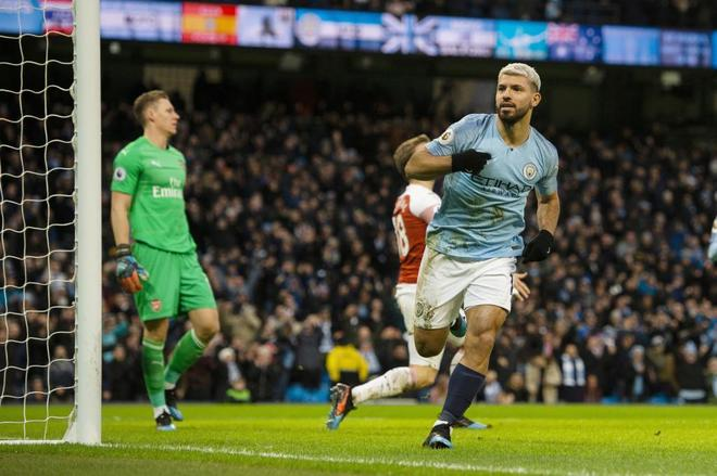 Agüero celebra el primer gol anotado al Arsenal.
