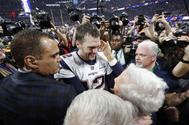 Tom Brady celebra con Robert Kraft, dueño de los Patriots, la victoria del equipo en la Super Bowl. celebrate winning the Super Bowl LIII.