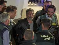 El asesino confeso de Laura Luelmo, Bernardo Montoya, sale de los juzgados de Valverde del Camino