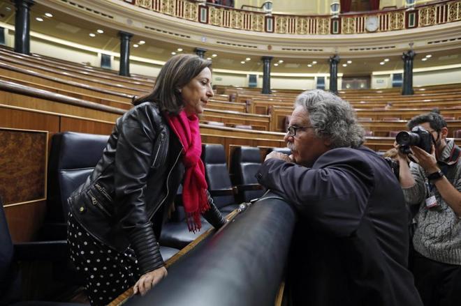 La ministra Margarita Robles y el líder de ERC en el Congreso, Joan Tardà