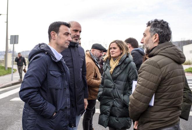 Los alcaldes Mikel Torres, Josu Bergara y Amaia del Campo, conversan con un trabajador de La Naval a las puertas del astillero.