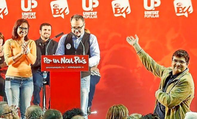 El candidato 'oficial' del PSOE de Alicante, Francesc Sanguino, presentando el mitin de Alberto Garzón (IU) en Alicante en 2015. En primer plano el actual portavoz de Guanyar, Miguel Ángel Pavón.