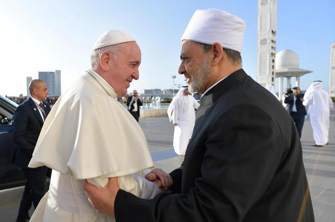El gran imam de Al Azhar, Ahmed al Tayeb, saluda al papa Francisco, en Abu Dabi.
