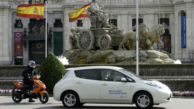 Un Nissan Leaf circula por el centro de Madrid.