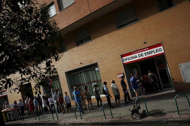 Una cola de personas que esperan a la entrada de una oficina de empleo del Inem, en Madrid.