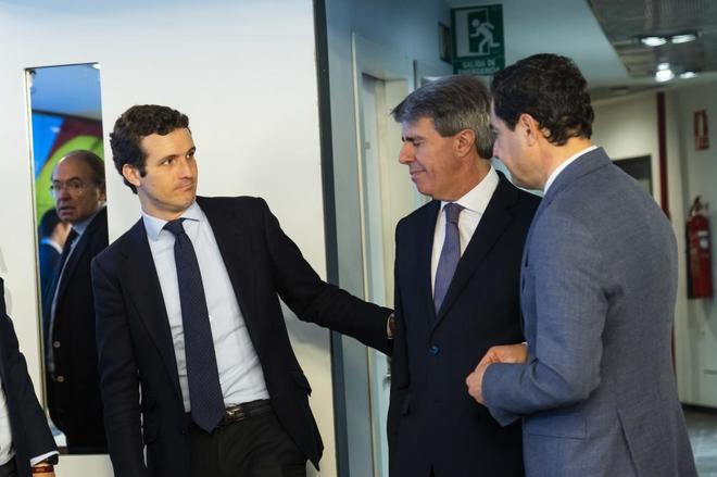 El líder del PP, Pablo Casado, saluda a Ángel Garrido, presidente de la Comunidad de Madrid.