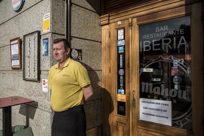Christopher, camarero del Iberia, en el local.