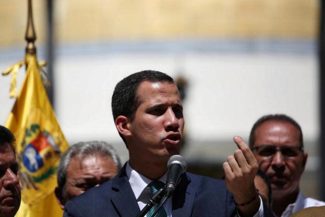Juan Guaidó interviene durante una rueda de prensa a las puertas de la Asamblea Nacional.