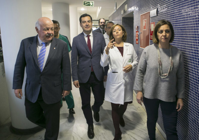 Juan Manuel Moreno, durante su visita este lunes al hospital Reina Sofía de Córdoba.
