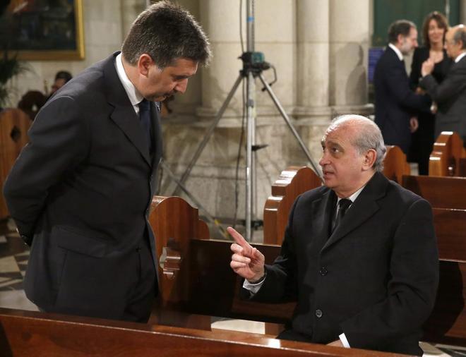 El entonces ministro del Interior, Jorge Fernández Díaz, charla con Cosidó, el que era director de la Policía.