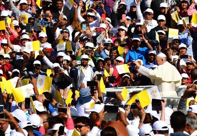 El Papa Francisco saluda a su llegada a la misa ante decenas de miles católicos en Abu Dabi.