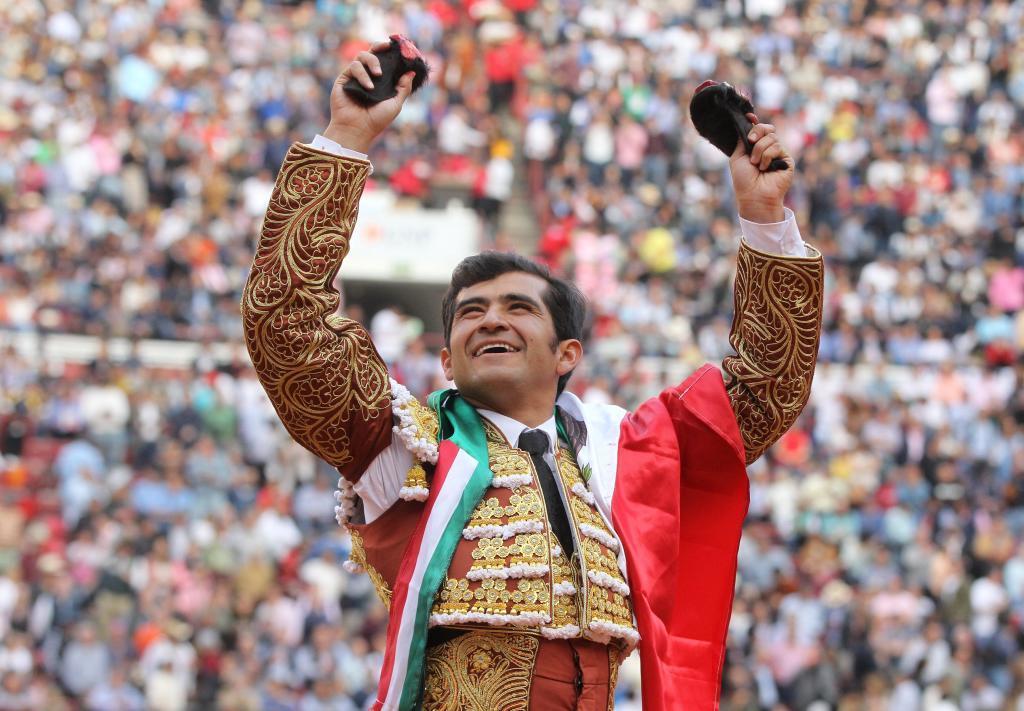 Joselito Adame pasea las orejas del triunfo ante el llenazo de la Monumental