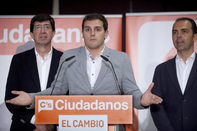 Albert Rivera, entre el líder andaluz de Cs, Juan Marín, y el portavoz municipal, Javier Millán.