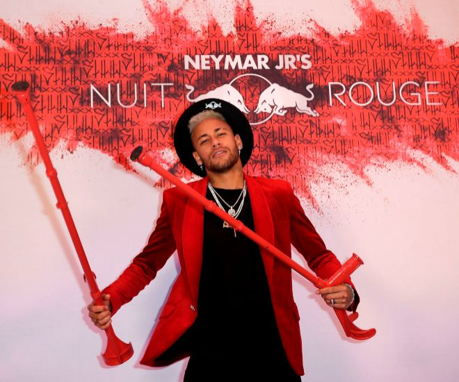 Neymar conjuntó hasta sus muletas