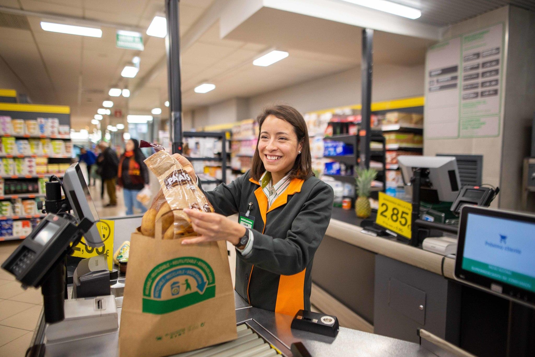 Mercadona sustituirá definitivamente las bolsas de plástico en abril