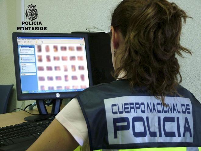 Una agente de Policía en una investigación de pornografía infantil en el año 2010