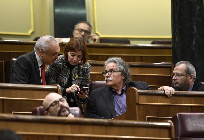 Los diputados de ERC en el Congreso conversan con el parlamentario...