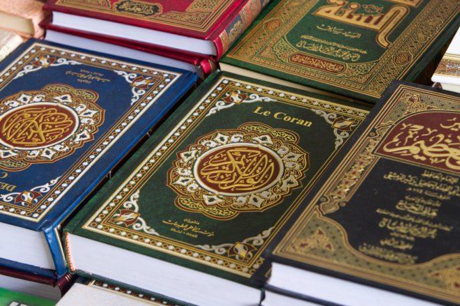 Ejemplares del Corán en varios idiomas.