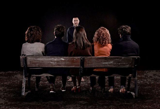 Rechazo: Juan Vinuesa (en el centro) vive una relacióna  la que muchos le dan la espalda.