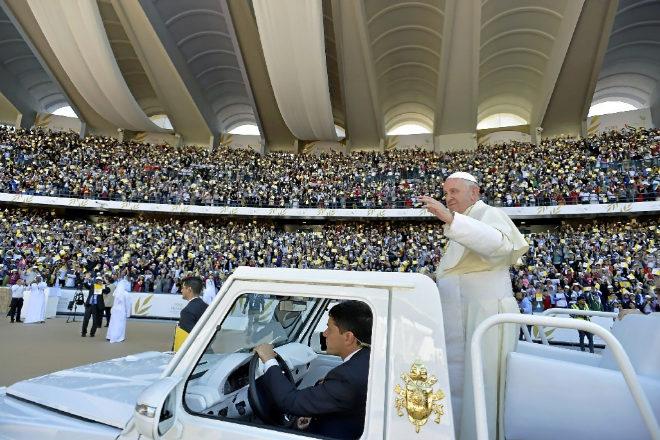 El Papa Francisco saluda a los 170.000 asistentes al estadio Sheij Zayed de Abu Dabi.