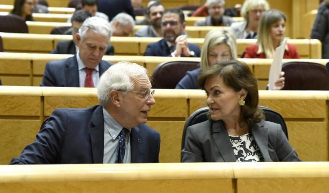 El ministro Josep Borrell y la vicepresidenta, Carmen Calvo, durante el Pleno del Senado.