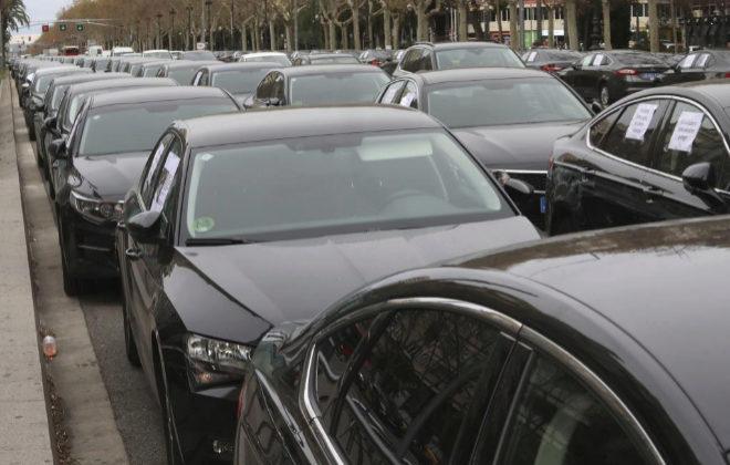 Coches de VTC estacionados en la Avenida Diagonal de Barcelona.