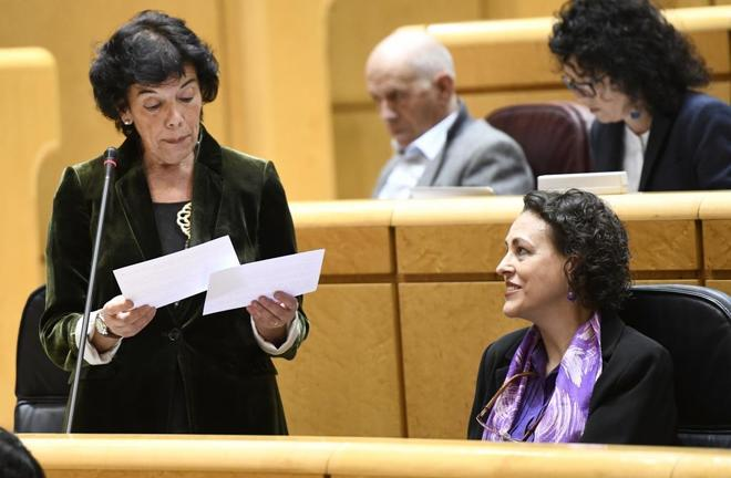 La ministra de Educación, Isabel Celaá, y la ministra de Trabajo,  Magdalena Valerio. en una sesión de control en el Senado el pasado mes de octubre